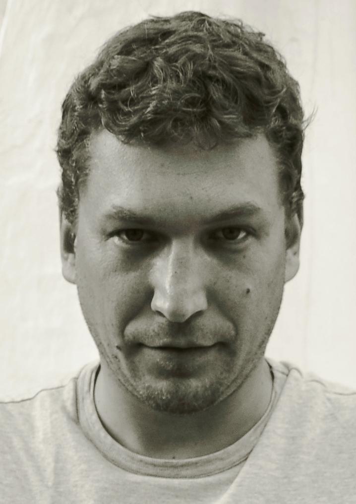 Sławomir Wójtowicz urodził się w 1977 roku. Jest absolwentem Wydziału Artystycznego Uniwersytetu Marii Skłodowskiej-Curie w Lublinie. - sw